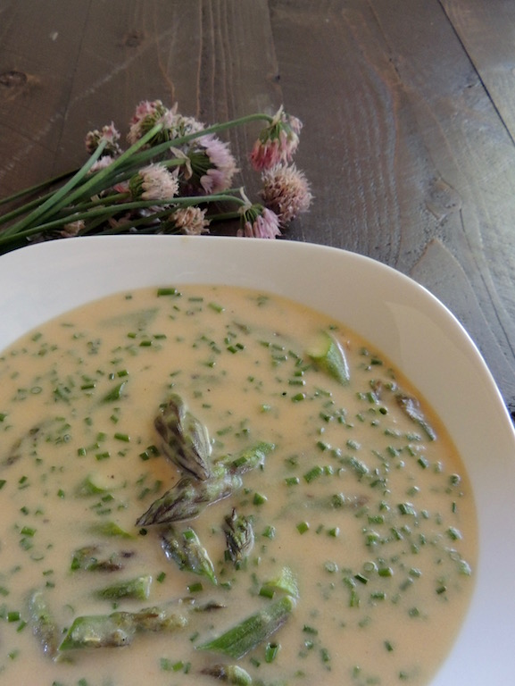 Creamy chive and asparagus soup